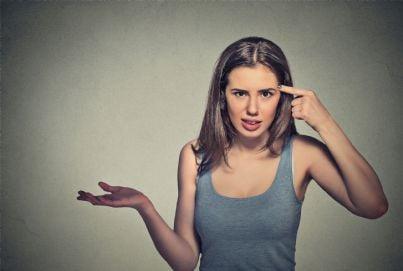 donna che mette dito sulla testa per indicare pazzia