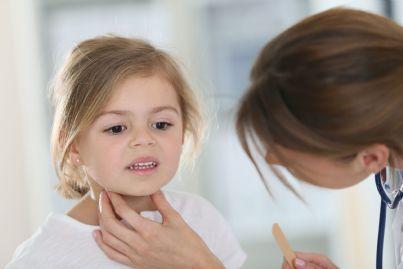 pediatra che visita bambina alla gola