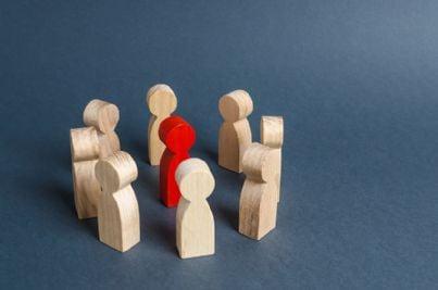 pedina rossa in mezzo ad altre colorate concetto di discriminazione