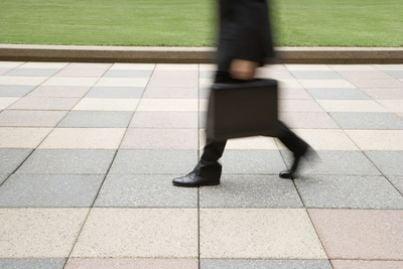 pedone che cammina sul marciapiede