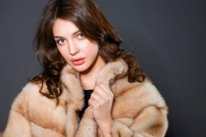 donna indossa pelliccia