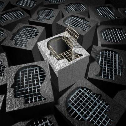 prigioni di cemento a forma di teste e gabbie aperte