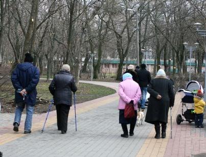 pensionati camminano per strada