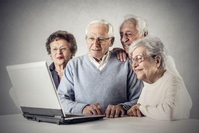 pensionati insieme davanti al computer