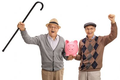 due pensionati felici con salvadanaio