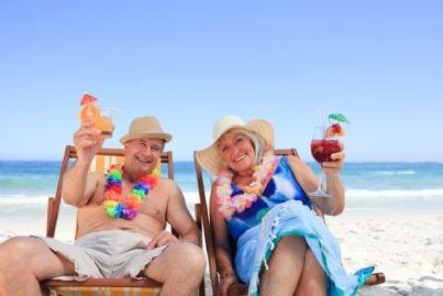 coppia di pensionati felici in vacanza