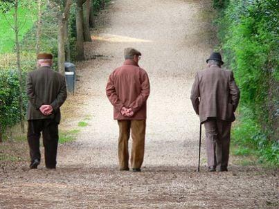 tre pensionati che camminano