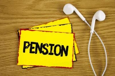 cartello pensione con cuffie su tavolo