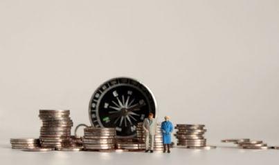 coppia di anziani in pensione con soldi