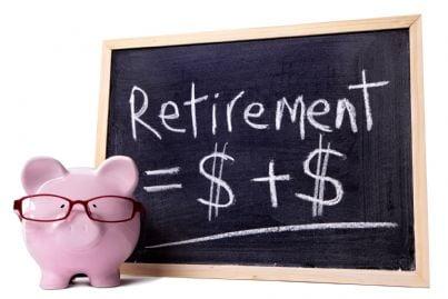 salvadanaio con dietro lavagna che segna risparmio per la pensione