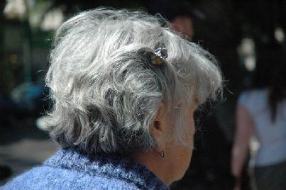 Donna anziana ripresa di spalle