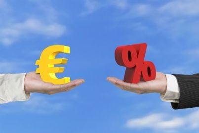 mani che scambiano percentuale con euro