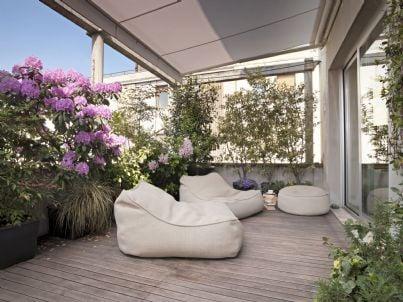 una pergotenda in terrazza condominiale