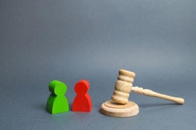 due pedine si affrontano in contraddittorio con martello del giudice