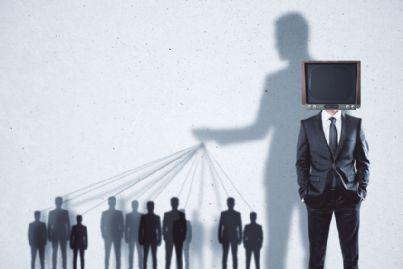uomo affari con tv in testa concetto di persuasione