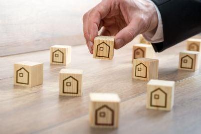 mano di uomo che sistema case su un piano concetto urbanistica