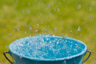 secchio per raccogliere acqua piovana