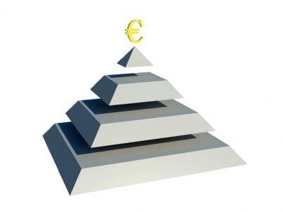 simbolo euro in cima a piramide