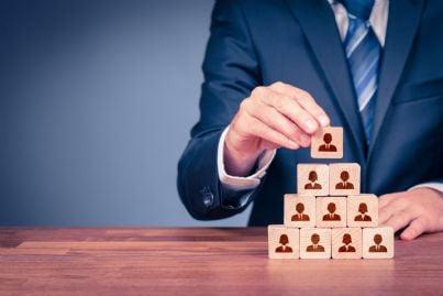 imprenditore completa piramide concetto gerarchia lavoro
