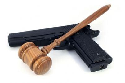 pistola e martello di giudice
