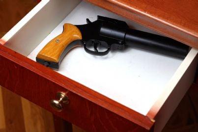 pistola riposta in un cassetto