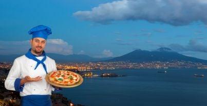 pizzaiolo con sfondo golfo Napoli