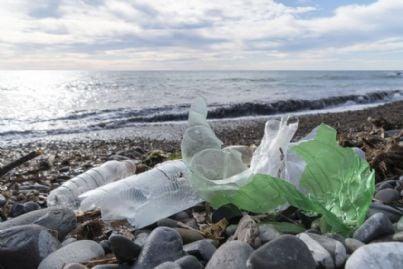 bottiglie di plastica sulla spiaggia inquinata
