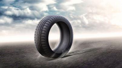 pneumatico auto su autostrada