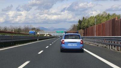 macchina della polizia che corre in autostrada