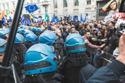 polizia antisommossa in una manifestazione in Italia