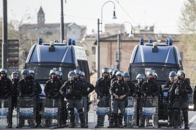 agenti di polizia anti sommossa