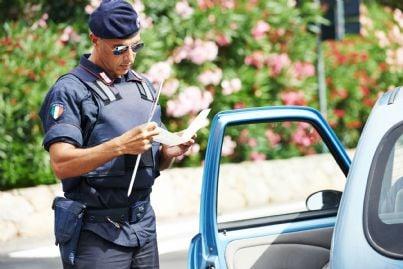 agente di polizia che controlla documenti di guida