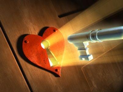 chiave che chiude porta con serratura a cuore