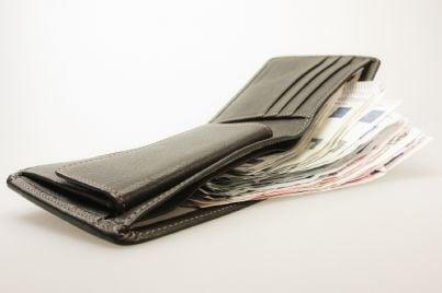 portafogli contenente denaro