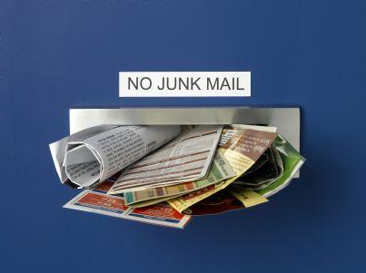 cassetta postale piena di annunci pubblicitari