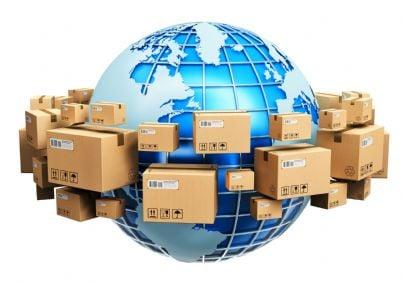 Illustrazione di un mondo circondato di pacchi postali