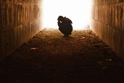 uomo povero e triste dentro un tunnel