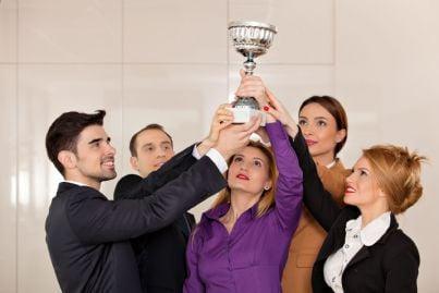 lavoratori premiati che alzano coppa