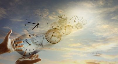 mani e orologi in cielo