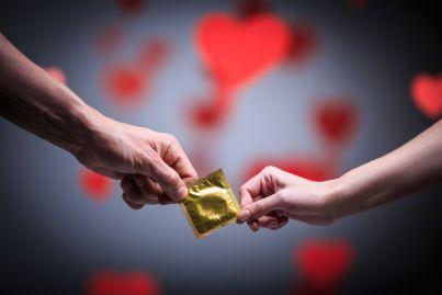 due mani che scambiano preservativo
