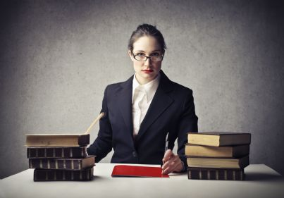 donna dirigente scolastico seduta alla scrivania
