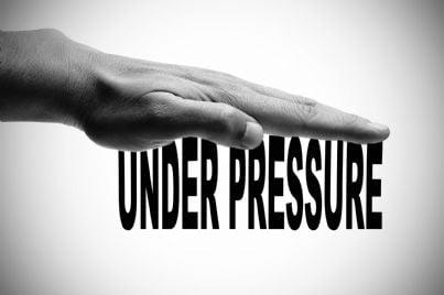 mano appoggiata su parole sotto pressione