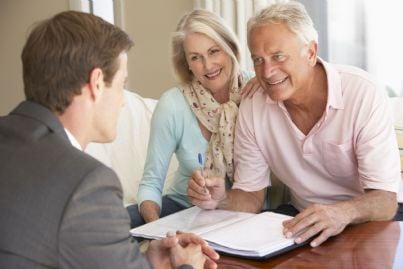 anziana coppia che sottoscrive un prestito