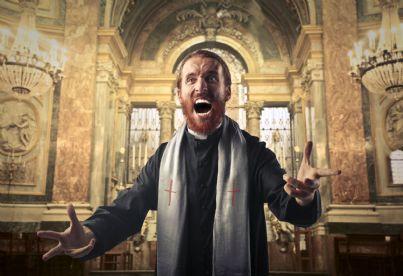prete furioso in una chiesa