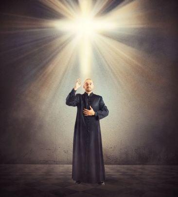 prete che benedice