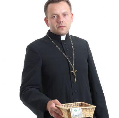 prete con cestino offerte per la chiesa