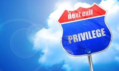 cartello con sopra scritto prossima uscita strada per privilegi