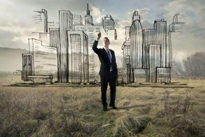 uomo che progetta una nuova città