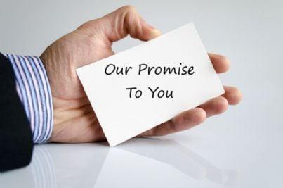 mano con biglietto contenente promessa