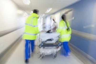 barella trasportata in pronto soccorso da infermieri